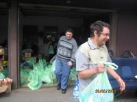 Rolnicy oraz osoby niepełnosprawne pomagają powodzianom